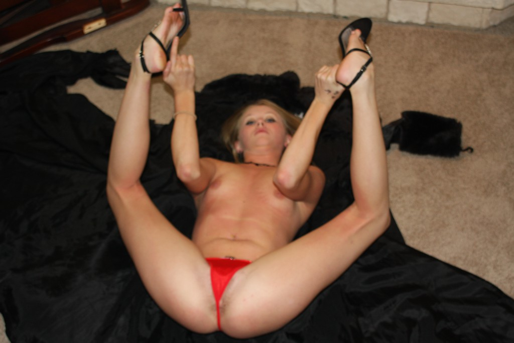 Teen amateur spreading her legs showing her knickers